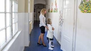 Első osztályos diákok és tanítónőjük az osztálytermük előtt a mosonmagyaróvári Piarista Gimnázium, Általános Iskola és Óvoda tanévnyitója után 2020. augusztus 31-én.