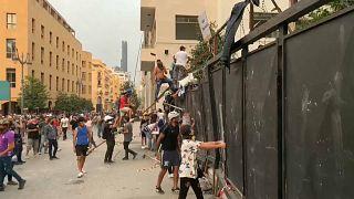 محتجون يحاولون اقتحام البرلمان اللبناني