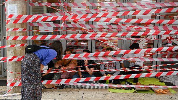 Des étudiants bloquent l'entrée de l'Université d'arts dramatique et cinématographique (SZFE) à Budapest le 1 septembre 2020