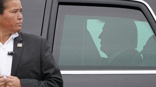 الرئيس الأمريكي دونالد ترامب داخل سيارته الرئاسية