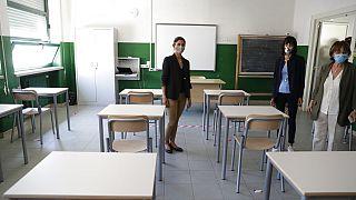 Bürgermeisterin von Rom inspiziert eine Schule