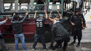 La policía cachea a los viajeros de un autobús en un control