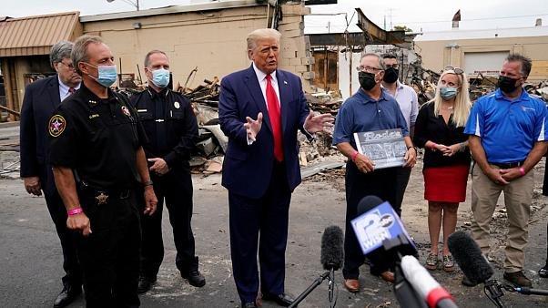 Donald Trump se dirige a la prensa junto a un local destruido en Kenosha