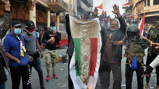 متظاهرون إيرانيون يحرقون العلم الإيراني  خلال مظاهرات -تشرين الثاني/نوفمبر 2019