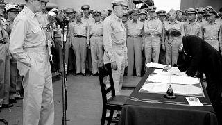 الجنرال الأمريكي دوغلاس ماك آرثر يرقب وزير الخارجية الياباني شجميتسو وهو يوقع وثيقة الاستسلام - 1945/09/02