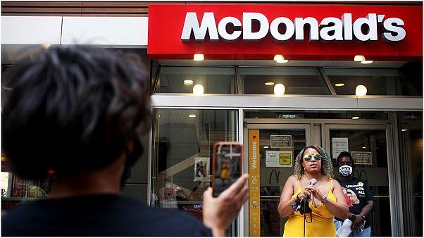 """ممثلون عن """"حياة السود مهمة"""" يجتمعون خارج مطعم لماكدونالدز في شيكاغو"""