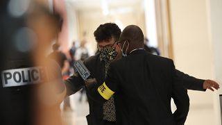 Patrick Pelloux, einer der Überlebenden des Attentats, beim Sicherheitscheck vor dem Gerichtssaal