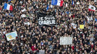 متظاهرون يتجمعون في ميدان ريبابليك في باريس عقب هجمات يناير 2015 ضد شارلي إبدو