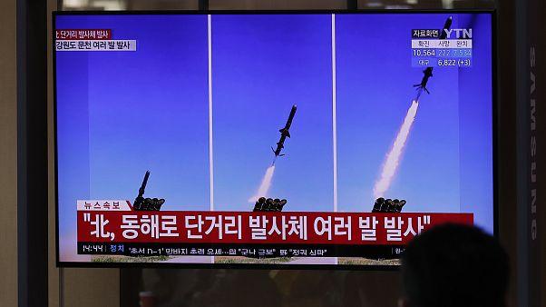 شاشة تلفزيونية تبث تقارير حول إطلاق كوريا الشمالية لصواريخ في محطة سكة حديد في سيول، كوريا الجنوبية