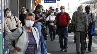 Maszkot viselő utasok az esseni főpályaudvaron. A helyi-, helyközi-, és távolsági forgalmat is lebonyolító állomáson naponta 170 ezer utas fordul meg