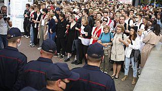 Diákok és tanárok százai néznek szembe a rendőrökkel Minszkben