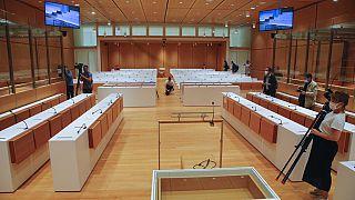 Visita de periodistas a la sala de audiencias del Tribunal Especial de París este 27 de agosto