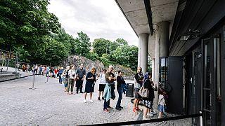 Σουηδοί περιμένουν σε ουρά για να μπουν σε μουσείο