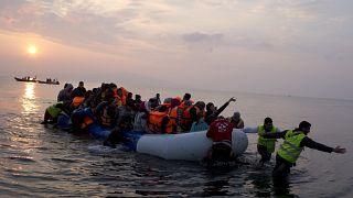 Türkiye'den Yunanistan'ın Midilli adasına botla geçen göçmenler ve onlara yardım eden gönüllüler