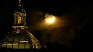 Полная Луна над Прагой