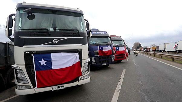 Camiones con banderas chilenas bloquean varios carriles de la autopista durante la huelga
