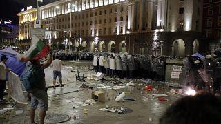 Tracce di scontri fuori dal Parlamento di Sofia.