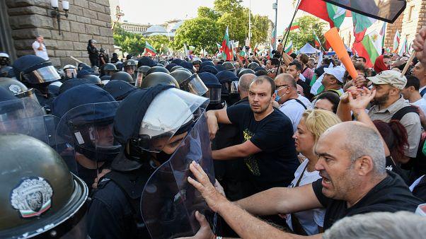 Manifestantes chocan con la Policía durante las protestas en Sofía