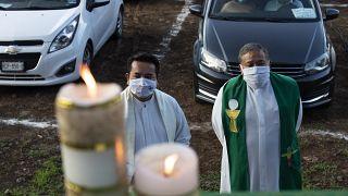 دو کشیش کاتولیک پیش از برگزاری عشا ربانی در مکزیک