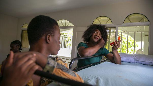 متحول جنسيا يشاهد زميله الذي يقاسمه الغرفة وهو بصدد القيام بالتجميل. 2020/08/04