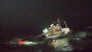 Japon Sahil Güvenlik Birimi, Amami Oshima Adası açıklarında alabora olan kargo gemisindeki kayıp mürettebattan birini buldu