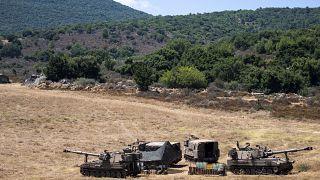 جنود إسرائيليون  بجوار قطع مدفعية متحركة شمال إسرائيل
