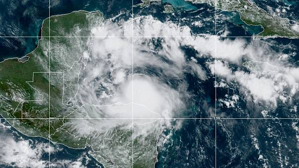 إقتراب العاصفة الاستوائية نانا من بليز
