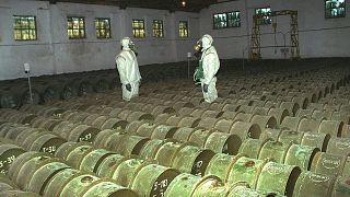 Rus askerleri, bir kimyasal silah depolama alanında zehirli maddeler içeren metal varilleri kontrol ederken (arşiv)