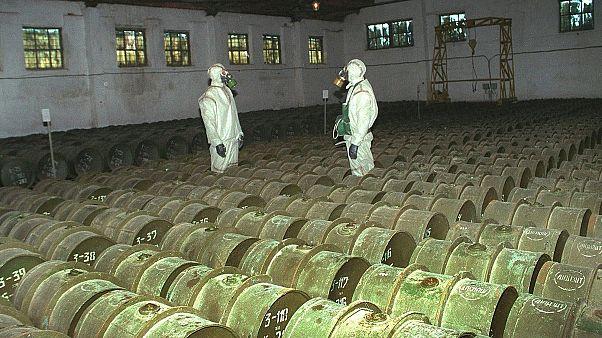 In questa foto del 2000, due soldati russi effettuano un controllo su contenitori metallici che contengono agenti tossici in un sito di stoccaggio di armi chimiche a Gorny