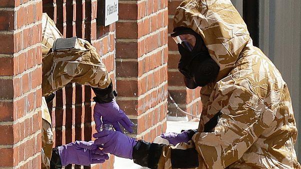 Helyszínelés katonai vegyvédelmi öltözékben Salisbury-ben, Szkripal mérgezésének helyszínén