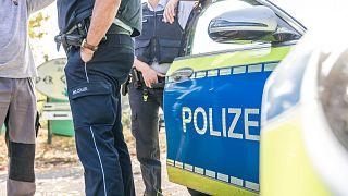 Polizist neben seinem Auto