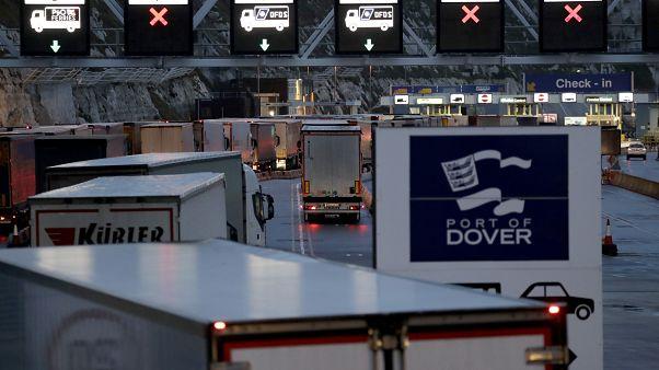 Camions arrivant pour embarquer sur les ferries le matin après le Brexit qui a eu lieu, au port de Douvres, en Angleterre, le samedi 1er février 2020.