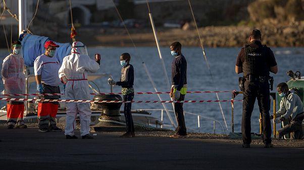 Toma de temperaturas en el muelle de Arguineguín, Gran Canaria de un grupo de menores migrantes rescatados.
