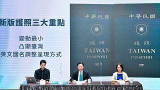 A tajvani külügyminiszter szeptember 2-án mutatta be az új útlevelet