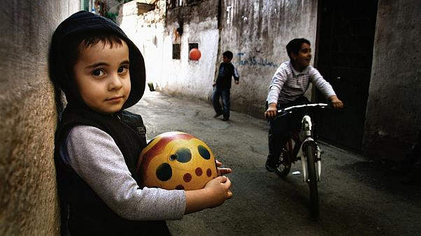 Oynayan Türk çocuklarından bir kare