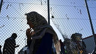 Μια γυναίκα βγαίνει από τον καταυλισμό της Μόριας