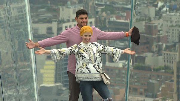Ein Paar lässt sich auf der Plattform ablichten