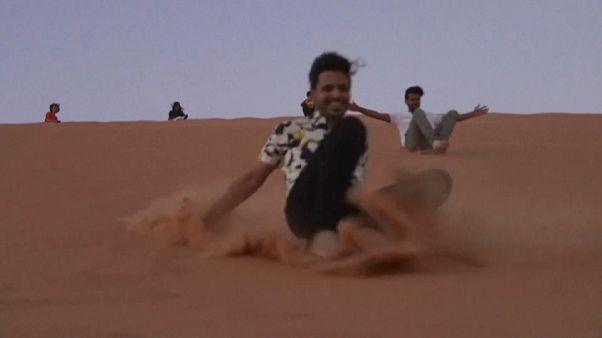 Homokszörffel ütik el az időt a szaúdi fiatalok