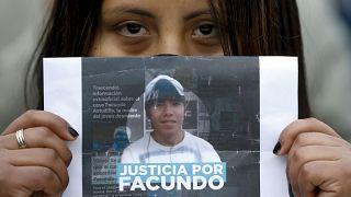 """Una manifestante muestra un cartel en el que pide """"Justicia por Facundo"""""""