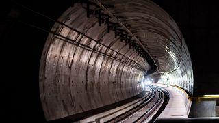 """Un train circulant dans l'un des """"tubes"""" du tunnel du Ceneri photographié le 2 septembre 2020"""