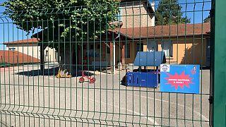 Surtos de Covid-19 encerram escolas em França