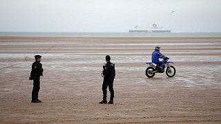 Polizia di frontiera sulla spiaggia di Oye-Plage, vicino Calais. Qui è stato trovato il corpo di un sudanese di 16 anni annegato nel tentativo di raggiungere la Gran Bretagna