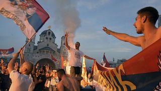 I sostenitori dell'opposizione celebrano i risultati delle elezioni al di fuori della Chiesa serbo-ortodossa della Risurrezione di Cristo a Podgorica, Montenegro