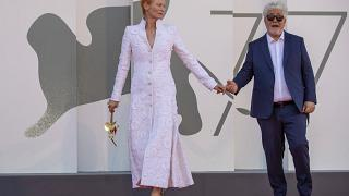 Tilda Swinton y Pedro Almodóvar en la Mostra de Venecia