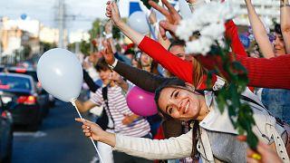 Virággal és lufikkal tiltakoznak a választási eredmények ellen Minszkben, 2020 augusztusában