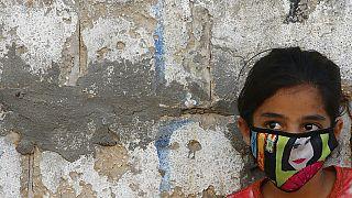 27 agosto 2027: a Gaza, una ragazza palestinese indossa una mascherina facciale