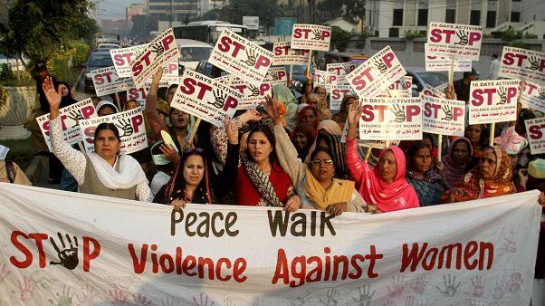 باكستانيات للتنديد بالعنف ضد المرأة