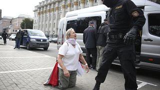 Une femme se dispute avec un policier lors d'une manifestation à Minsk, au Bélarus, le mardi 1er septembre 2020.