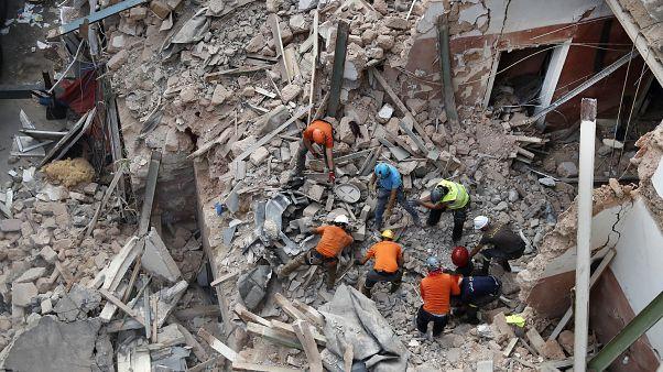 رجال إنقاذ يبحثون في أنقاض مبنى منهار بعد تلقيهم إشارات باحتمال وجود ناجٍ- إنفجار ميناء بيروت