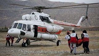 عمال من طاقم الإنقاذ ينقلون جريحاً إلى طوافة